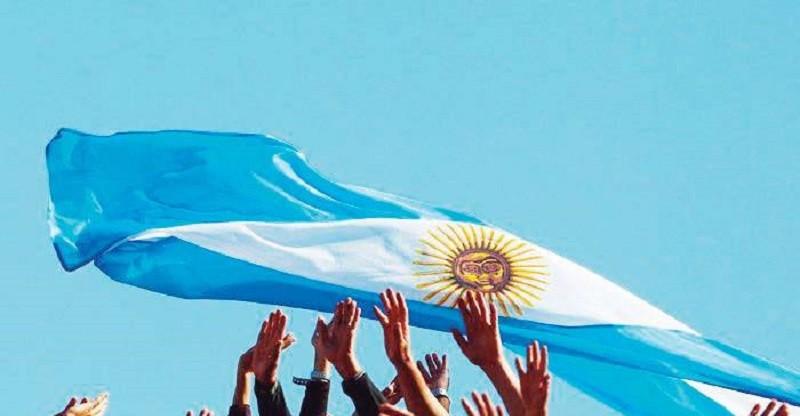 Conmemoran el Día de la Bandera con un desfile aéreo en Rosario